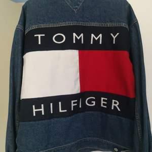JACKORNAS JACKA från Tommy Hilfiger! Unisex! Pappas från 90talet, riktig raritet! I fint vintageskick😍😍😍❤️❤️🙏🏼🙏🏼🙏🏼 superfin oversize, jag är storlek S som referens