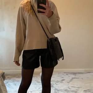 Skinn shorts från Zara! Köptes förut men har aldrig blivit använda. Passar XS. (Lånade bilder) 💞💞💞