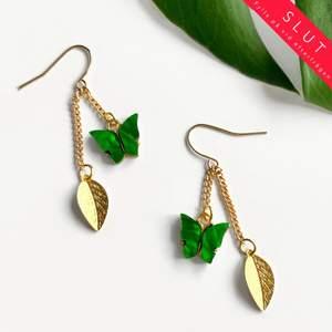 🌱 Meadow earrings 🌱 Gröna emaljerade fjärilar som skimrar fint och ljus guld metall ☼