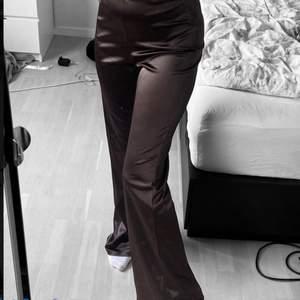 """Bruna byxor i """"silkes"""" liknande material, inga slitningar. Som nya. Jag är 163 cm 💋"""