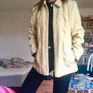 Så fin ljusgul mockajacka🌼🌻🌝⭐️💛 Rak i modellen och med lite axelvaddar, perfekt till sensommar/hösten!!! Sitter snyggt oversized på mig som är strl 36