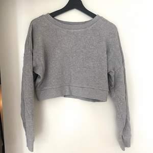 Oanvänd croppad tröja från Urban Outfitters i London. Super mjukt och kvalitativt material. Bjuder på frakten☺️