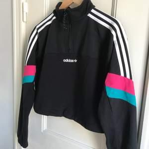 Croppad sweater från Adidas. Storlek 36, damstorlek. Skick: 8/10. Levereras nytvättad. Finns att hämta på Södermalm, Stockholm. Kan postas om så önskas, (+66kr). Mvh Maria