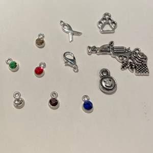 Berlocker till halsband eller armband! Det medkommer små ringar att fästa berlockerna i (se slide). Det finns ett flertal av varje sort. 2kr/st men 1,5kr/st om man köper minst 10st. Frakten ligger på 12kr❤️