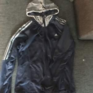 En vintage jacka från adidas.  Fråga gärna om du undrar något☮️