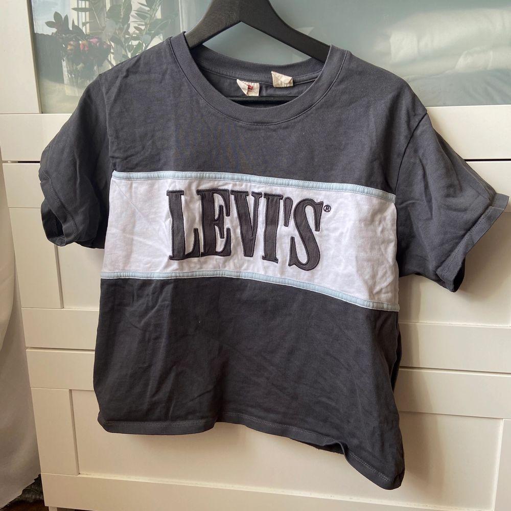 Snygg t-shirt från Levis, använd men i fint skick. Storlek S men den är ganska oversized så passar även M/L lite beroende på hur man vill att den ska sitta. 100 kr inklusive frakt. . T-shirts.