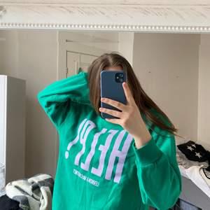 Säljer denna fina gröna sweatshirt från bershka inköpt 2018 i London. Strl S men skulle säga att den passar xs- liten m beroende på hur man vill att den ska sitta. Sparsamt använd. Kan mötas upp i centrala Göteborg annars står köparen för frakten.