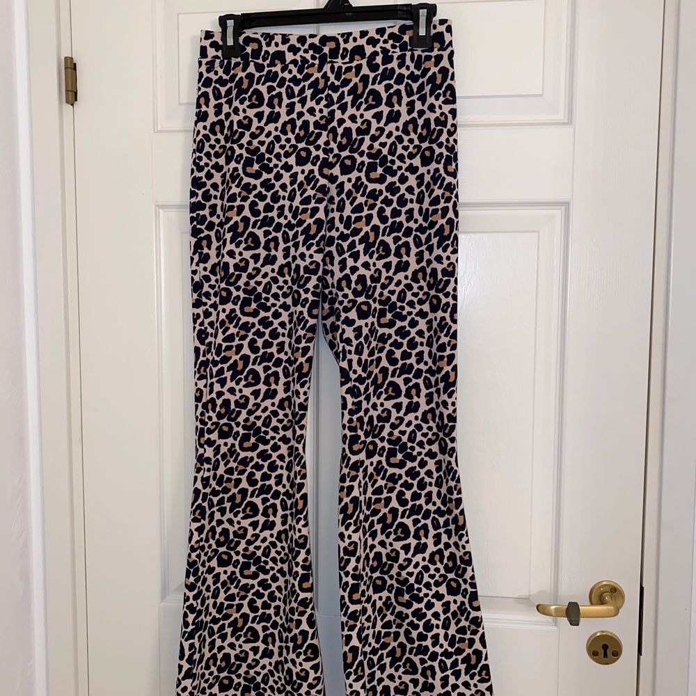 Leopard byxor med vida ben från ginatricot.. Jeans & Byxor.