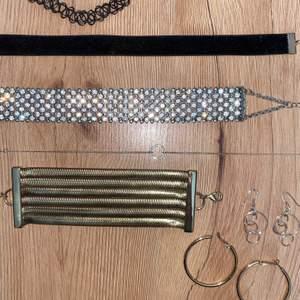 SÄLJES IHOP! 4 chokers, 1 armband och 2 par örhängen (de silvriga är i äkta silver och helt nya).