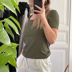 Grön t-shirt med u-ringning från Mango! Storlek S. Använd 1 eller 2 gånger så nyskick. Köparen står för frakten 💖