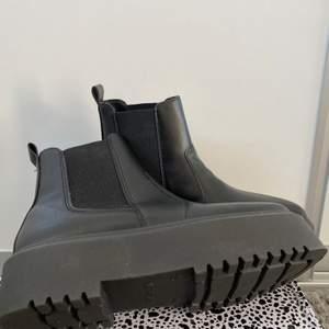 Oanvända boots från ASOS. Jättefina men kommer aldrig till användning😫 köpa för ca 450kr o säljer för 300kr + frakt💞  priset går att diskutera
