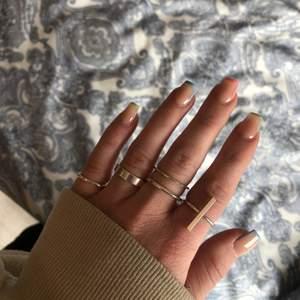 Säljer silverringar som är köpta på HMs hemsida. Ringarna är i S men det är olika storlekar på dom. 15/styck (kan diskuteras)💗