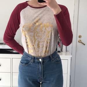 harry potter tröja med guldig gryffindor logga. Passar storlek S och XS. Välanvänd och bra skick. Frakte förekommer beroende på hur många plagg man köper.