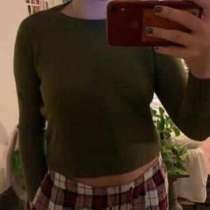 super fin grön stickad tröja i storlek XS. gillar att ha ett linne över så det blir som ett layering piece!💓