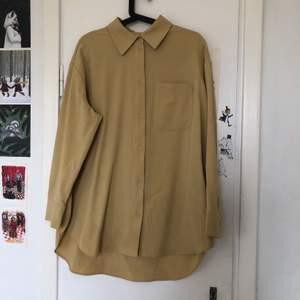 Underbar gul skjorta, long fit och väldigt skön! Stor i storleken, alltså inte tight utan mer loose fit. Knappt använd och i jättefint skick. 🌱