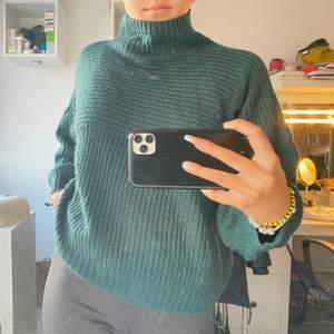Mörkgrön tröja i stickat material från Monki. Strl S men är väldigt loosefit. Inköpt för ca 2 år sen, därav använt skick. Säljes pga att den inte används längre. Kanske lite lång, men jag är 160 så sitter förmodligen bättre på en som är någon cm längre.