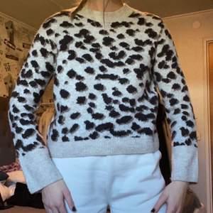 Jätteskön tröja (i bra skick) som tyvärr inte kommer till användning längre💕