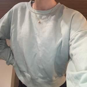 Jag säljer denna grön/blåa tröjan från bikbok. Den är lite croppad. Köparen står för frakten💓