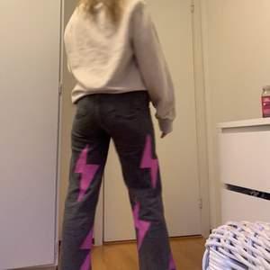 Snygga jeans från zara som jag har målat på blixtar med textilfärg😍😍 fler intresserade så buda gärna❤️ bud på 420+frakt