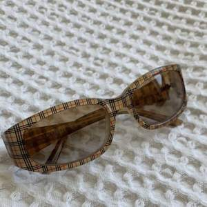 Vintage burberry sunglasses!🤍 Im shipping from norway so I will use the ship with the norwegian post btw <3