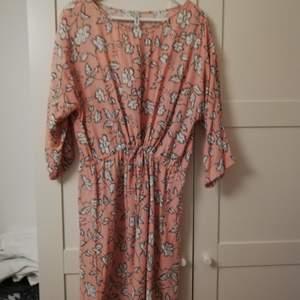 Sval och skön laxrosa klänning med dragsko. Trekvartslånga armar, 100% viskos