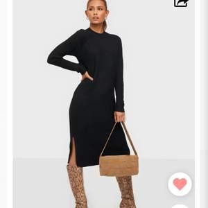 Intressekoll på denna underbara stickade klänning! Köpt på Nelly från pieces, slutsåld och väldigt populär. Storlek XS men passar även S! Endast använd en gång så i perfekt skick utan noppor eller liknande. Slits och ganska hög hals!💗