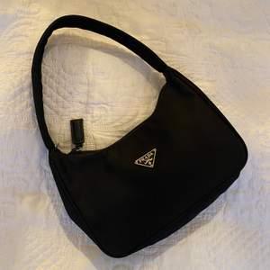 INTRESSEKOLL! funderar på att sälja min Prada väska vid bra pris. Inte äkta men ser i princip identisk ut. Köptes för 800 kr. Skriv i kommentarerna vad ni hade kunnat betala 💞