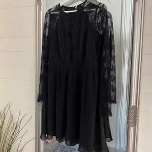 Säljer en svart klänning i storlek M, endast testad.