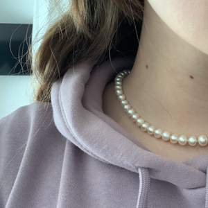 Jättefin pärlhalsband! Fick den till födelsedagspresent men kommer inte till användning. Aldrig använd och hög kvalitet💓