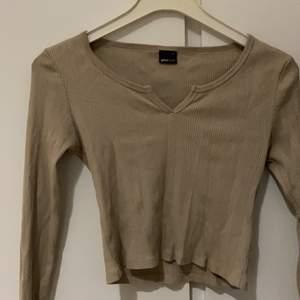 Väldigt enkel och fin tröja passar till vad som helst,pris går att sänka 💕