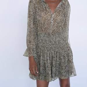 Säljer min nyinköpta jättefina klänning från Zara, helt slutsåld på hemsidan!!💞 Säljer pågrund av ingen användning. Lapp och allting är kvar. Skriv vid frågor❤️ Köp direkt för 500kr❤️