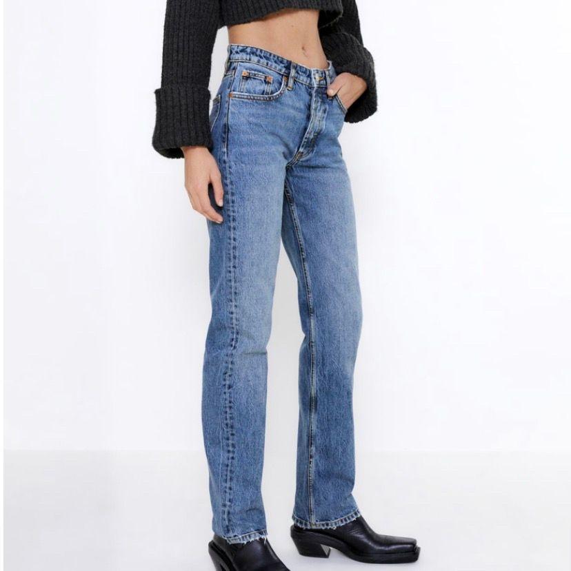 Jättefina blåa jeans från zara! Helt slutsålda på hemsidan💞 Dem är helt nya med lapp och allting kvar!!💞  Skriv privat för frågor eller fler bilder💓Köp direkt för 350💞Buda privat eller i kommentarerna!!❤️. Jeans & Byxor.