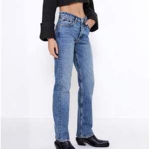 Jättefina blåa jeans från zara! Helt slutsålda på hemsidan💞 Dem är helt nya med lapp och allting kvar!!💞  Skriv privat för frågor eller fler bilder💓Köp direkt för 500kr💞Buda privat eller i kommentarerna!!❤️