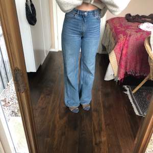 Säljer mina supersnygga Monki jeans i storleken 25 då  jag har så många liknande. Väldigt basic så de passar till allt!                                     Jag är 163cm och dom går ner till marken på mig!💕.                 Jag kan frakta mot att köparen står för frakten men jag kan även mötas upp i Stockholm!😊