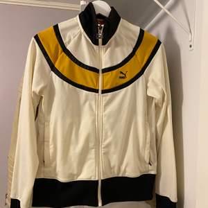Cool puma tröja i krämvit färg! Står stl L i men skulle säga att det passar S mer, bär vanligtvis S och den sitter perfekt på mig. Frakt tillkommer 💙