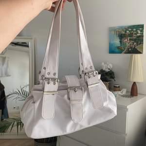 Säljer väskan på bilden som jag köpt på Asos, den är som  ny😌 (den stängs med hjälp av en magnet) Kontakta för frågor!