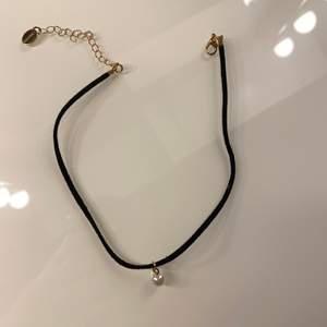 choker halsband som jag inte använt, man kan justera halsbandet så den passar dig. Superfin med en vit pärla
