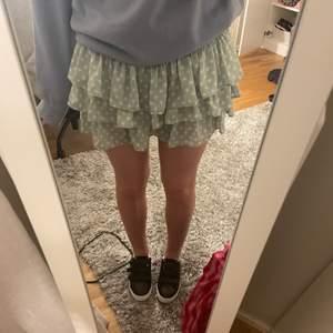Säljer min populära Zara kjol då jag tycker den är lite kort på mig i bak o har inte kommit till användning så mycket🥺🥺 den har insydda shorts under så man behöver inte vara rädd för o böja sig. Dragkedjan gick sönder första gången jag använda den så den är bytt till en annan men det är inget som syns. Passar nog bäst på någon som är s/xs💕buda från 150kr+frakt i kommentarerna💕💕💕💕KÖP DIREKT 300+FRAKT❤️ AVSLUTAS LÖRDAG KL12.00
