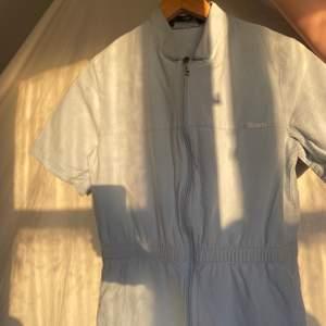 Så cool himmelsblå retro jumpsuit från 80talet! Verkligen asball men förtjänar en annan ägare! Köparen står för frakten💘