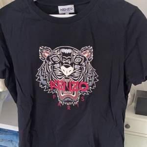 Jättefin T-shirt från märket kenzo, äkta! Endast tvättad en gång. Storleken är ganska liten.