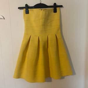 En klargul somrig klänning från Pimkie. Oanvänd och i nyskick.