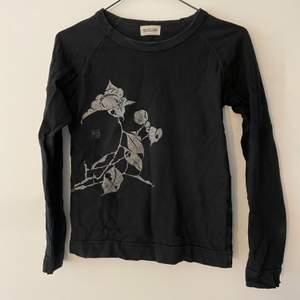 Jättecool tröja med glittrigt tryck! Storlek M men passar mer S! Frakt tillkommer!💕💓