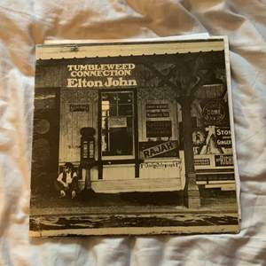 """Denna vinylskiva söker ett nytt hem! """"Elton John - Tumbleweed Connection"""" originalskiva från 70-talet. Jag har personligen aldrig spelat den då jag köpte den från Tradera, men det ska vara i gott skick! ☺️ Spana gärna in min profil för mer vinylskivor!"""