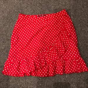 Prickig kjol från bohoo i storlek S, i bra skick🤍✨ 115kr + 44kr frakt❤️