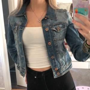 Jättefin jeansjacka från H&M i storlek Xs🥰 perfekt nu inför våren🎀 Har knappt blivit använd då jag har en annan liknande💓