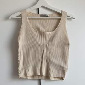 Croppat linne med fyrkantig skärning, aldrig använd - endast testad. Är i onesize men skulle säga att den passar en M kanske L. Väldigt stretchig.