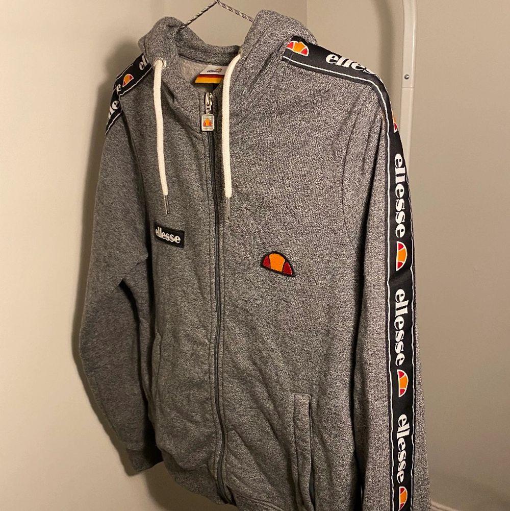 Oanvänd hoodie från Ellesse i storlek 36.. Huvtröjor & Träningströjor.