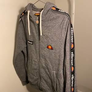 Oanvänd hoodie från Ellesse i storlek 36.