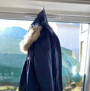 Vinterjacka (tjock),  mörkblå, st 36 men luva! Det går ner under rumpan och sitter hur skönt som helst! 299+frakt