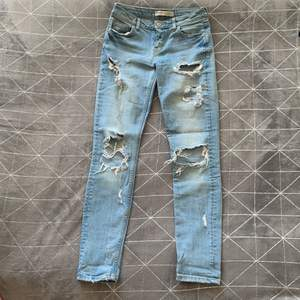 Snyggt slitna jeans från Bershka.